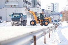 Camino de la limpieza del cargador de la nieve Fotos de archivo