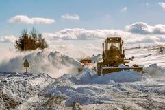 Camino de la limpieza del graduador en invierno Fotografía de archivo libre de regalías