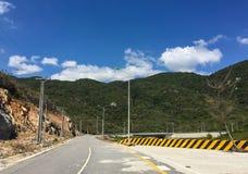 Camino de la montaña al Nui Chua National Park en Khanh Hoa, Vietnam Imagenes de archivo
