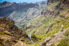 Camino de la montaña al pueblo en las montañas de Teno, Tenerife, balneario de Masca foto de archivo