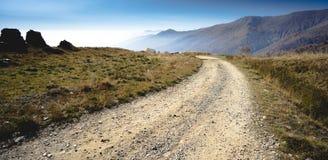 Camino de la montaña con la opinión de la cordillera Imagen de archivo libre de regalías