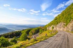 Camino de la montaña de la bobina en montañas balcánicas Imagen de archivo libre de regalías