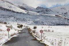 Camino de la montaña de la nieve Fotos de archivo libres de regalías