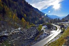 Camino de la montaña de las montañas suizas durante invierno Imagenes de archivo