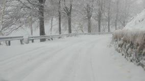 Camino de la montaña debajo de la tormenta de la nieve