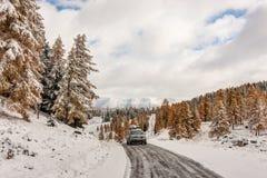 Camino de la montaña en el invierno Imagen de archivo libre de regalías