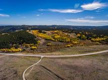 Camino de la montaña en el otoño fotografía de archivo libre de regalías