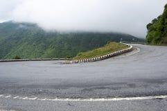 Camino de la montaña en el paso de Hai Van en tonalidad imagen de archivo