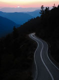 Camino de la montaña en la puesta del sol Fotografía de archivo libre de regalías