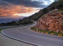 Camino de la montaña en la puesta del sol. fotografía de archivo