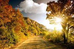 Camino de la montaña en la puesta del sol foto de archivo