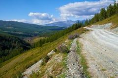 Camino de la montaña en las montañas de Ulagan al paso de Katu-Yaryk en Altai Imagen de archivo