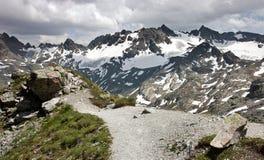 Camino de la montaña en rango de montaña de Silvretta Fotografía de archivo libre de regalías