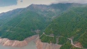 Camino de la montaña a lo largo del río almacen de metraje de vídeo