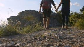 Camino de la montaña Pares jovenes que caminan encima de la montaña metrajes