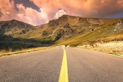 Camino de la montaña de Transalpina en septiembre imagen de archivo