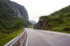 Camino de la monta?a Ajardine con las rocas, el cielo con las nubes y la carretera de asfalto hermosa por la tarde en verano Carr foto de archivo