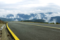 Camino de la montaña de la mucha altitud Fotos de archivo