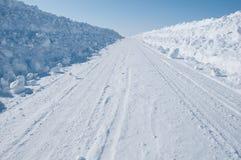 ¿Adónde este camino de la nieve va? Fotos de archivo libres de regalías