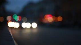 Camino de la noche de Blured con el coche almacen de video