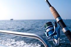 Camino de la pesca en el barco en el mar Fotos de archivo libres de regalías