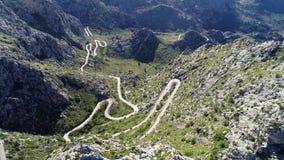 Camino de la serpentina de la bobina de la visión aérea en la isla de Mallorca almacen de metraje de vídeo