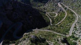 Camino de la serpentina de la bobina de la visión aérea en la isla de Mallorca almacen de video