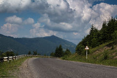 Camino de las montañas cárpatas Imagen de archivo libre de regalías