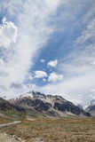 Camino de las montañas y montaña capsulada nieve Fotos de archivo libres de regalías