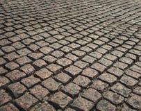 Camino de las pavimentadoras viejas pavimentadoras en la acera Tejas de la calle Foto de archivo