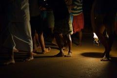 Camino de los hombres de noche de la linterna que tira de Ratha Gokarna Fotos de archivo libres de regalías