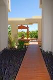 Camino de madera al pabellón del centro turístico de verano para el masaje Imagen de archivo