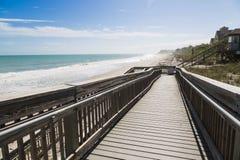 Camino de madera a la playa Fotografía de archivo libre de regalías
