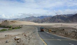 Camino de Manali-Leh de la mucha altitud Imágenes de archivo libres de regalías