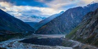 Camino de Manali-Leh en el valle de Lahaul por la mañana. Himachal Prades imagenes de archivo