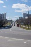 Camino de Moscú con el cielo Los coches conducen abajo del camino en Moscú Fotografía de archivo libre de regalías