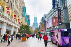 Camino de Nanjiing de la gente que camina, Shangai Imagenes de archivo
