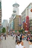 Camino de Nanjing - calle de las compras de Shangai, China Foto de archivo libre de regalías