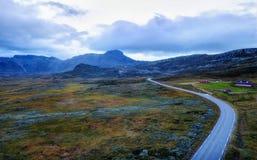 Camino de Noruega a través de las montañas fotos de archivo libres de regalías