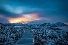 Camino de Océano Atlántico en paisaje del invierno de Noruega imágenes de archivo libres de regalías