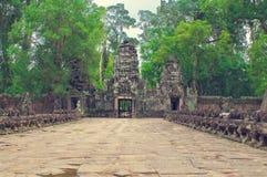 Camino de piedra de la entrada del templo del som de TA. Angkor Wat Foto de archivo