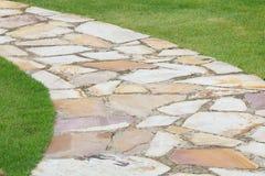 Camino de piedra de la naturaleza del jardín Foto de archivo