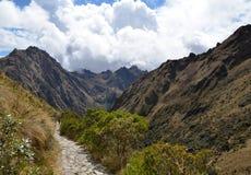 Camino de piedra del rastro del inca en los Andes Fotos de archivo