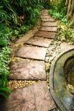 Camino de piedra en el jardín Fotos de archivo
