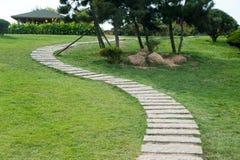 Camino de piedra en el parque Imagen de archivo libre de regalías