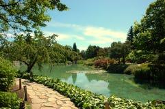 Camino de piedra en jardín lucious Imagen de archivo libre de regalías