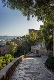 Camino de piedra que lleva abajo de la colina que pasa por alto Málaga, España, E Imagenes de archivo