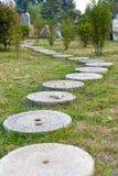 Camino de piedra redondo en el parque Foto de archivo libre de regalías