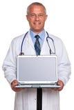 Camino de recortes de la computadora portátil de la explotación agrícola del doctor para la pantalla. Imagen de archivo libre de regalías