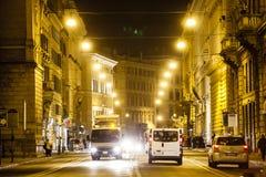 Camino de Roma en la noche, el tráfico urbano y el citylife Italia imagen de archivo